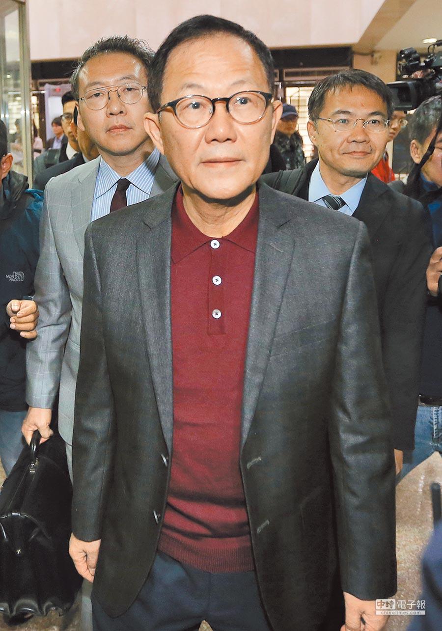 台北地院24日首度開庭審理國民黨台北市長候選人丁守中提出的選舉無效訴訟,丁守中(前)在律師陪同下出庭。(趙雙傑攝)
