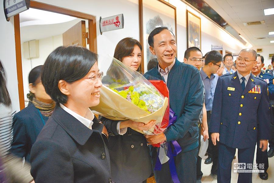 朱立倫在任職市長的最後一天到警察局向警察同仁道別,女性同仁獻上鮮花,感謝朱市長8年來的帶領。(王揚傑翻攝)