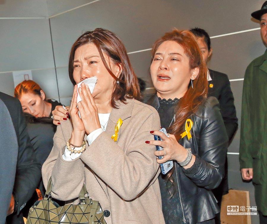 王彩桦(右)自己难过泪崩,还要安慰友人。(卢祎祺摄)