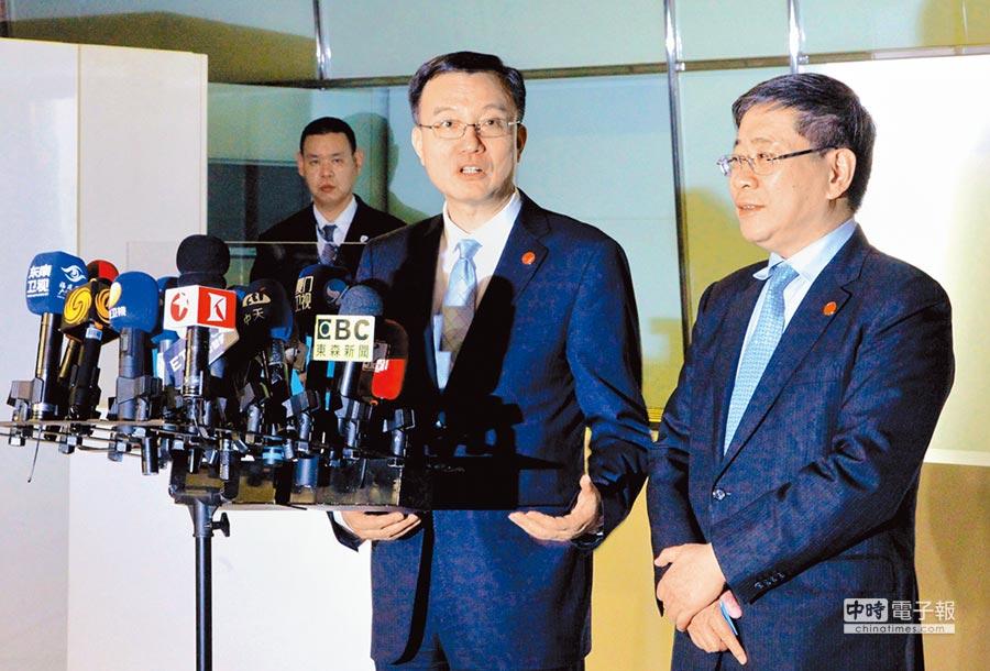 兩岸城市交流熱絡,圖為上海市常務副市長周波(中)19日率團抵台北,參加雙城論壇。(中新社)