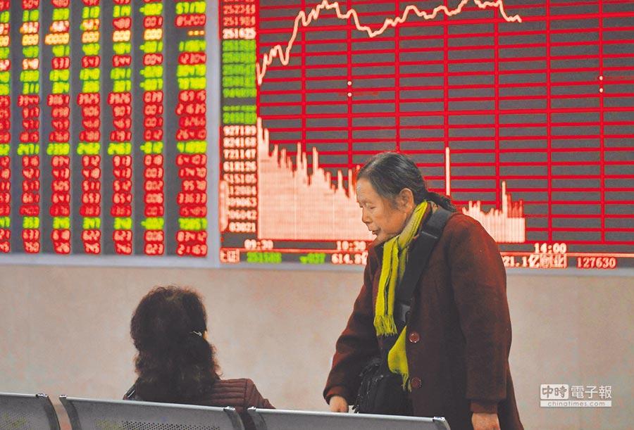 24日,成都某證券營業部的股民關注大盤數據。(中新社)