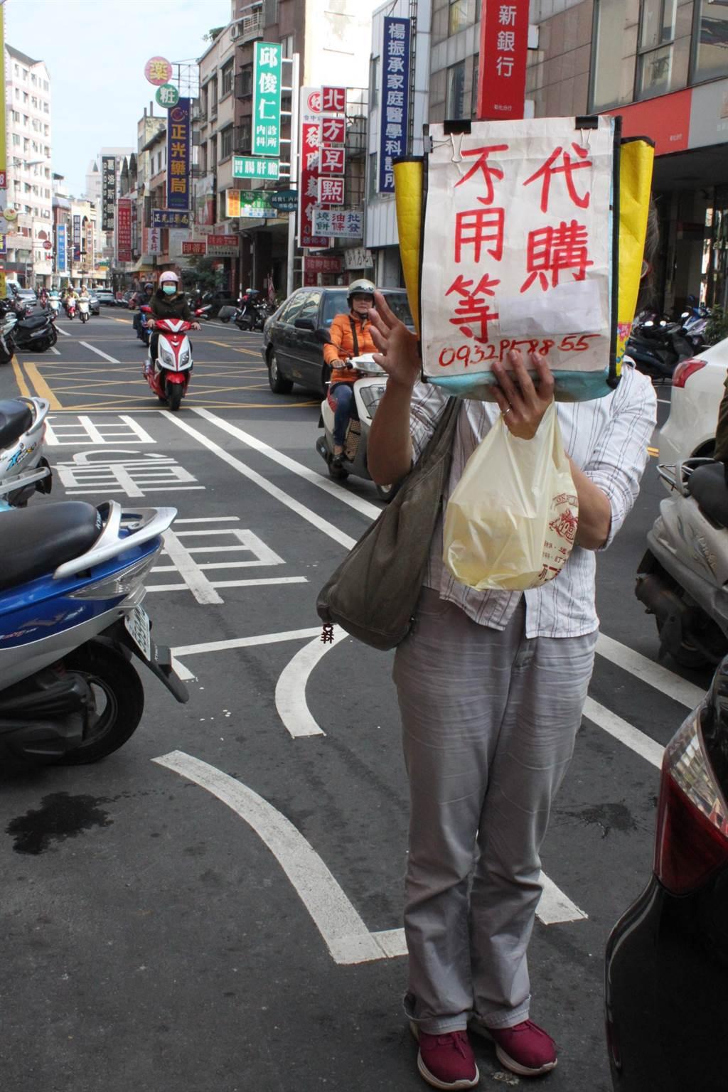 彰化不二家蛋黃酥已經改名「不二坊」,代購業者還是滿街兜售。(吳敏菁攝)