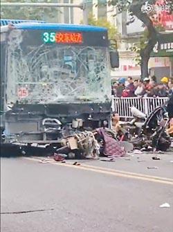 閩公車遭挾持 連環撞釀8死22傷
