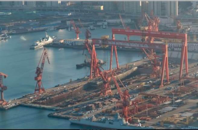 大連造船廠正緊鑼密鼓地打造新艦。(網路)