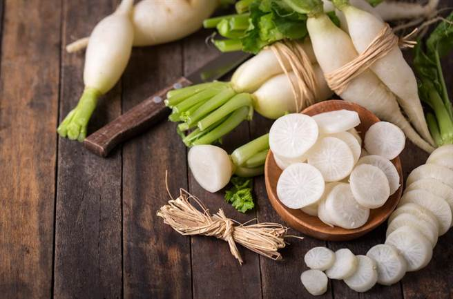 白蘿蔔富含食物纖維,能促進腸胃蠕動、預防便祕。(達志影像/shutterstock)