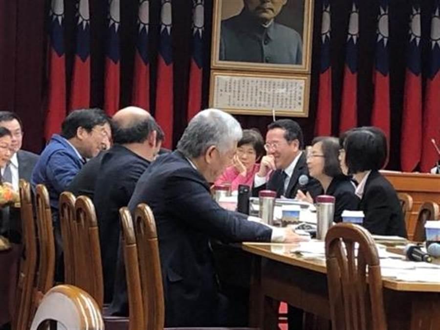 立法院財委會今日趕工審查銀行法、證交法修正案(魏喬怡攝)