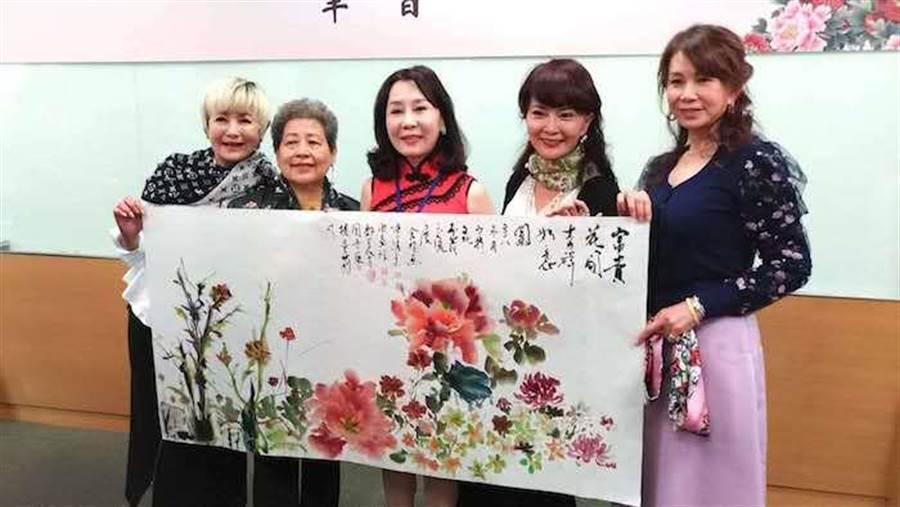 司馬三三(左起)、畫家陳綉美、樓曼莉、鄧美芳、周丹薇展示一起完成的畫作。(洪秀瑛攝)