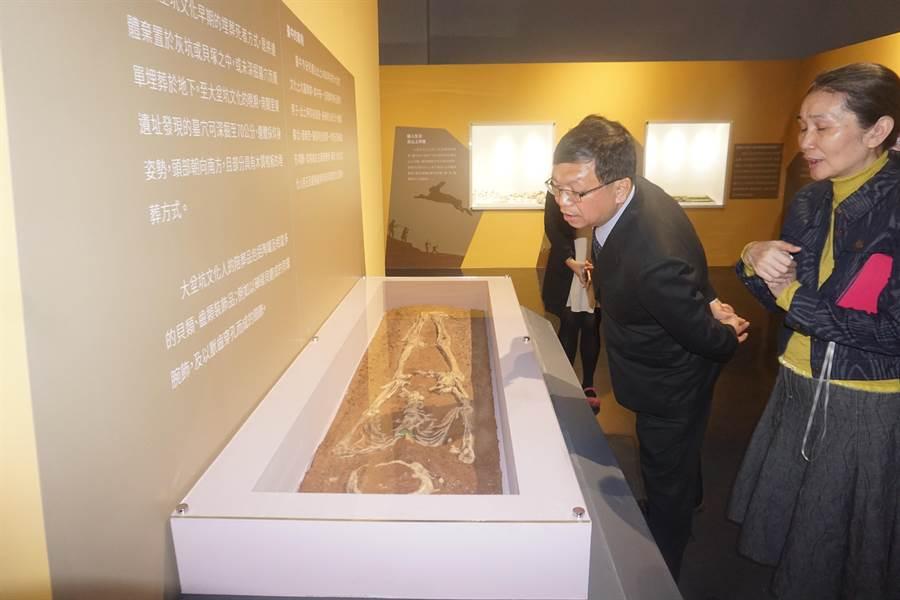 文化部次長李連權(右二)參觀館內收藏文物。(李其樺攝)