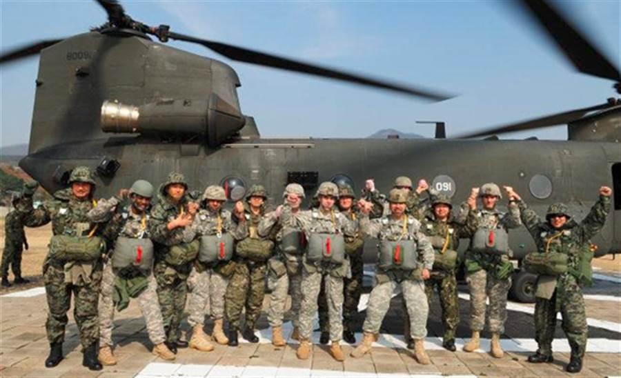 美國總統川普自行下令撤軍敘利亞加上美國防部長馬提斯辭職,引起韓國輿論擔憂川普恐撤出駐韓美軍。圖為南韓特種部隊與駐韓美特種部隊聯合舉行跳傘訓練。(圖取自南韓國防部)