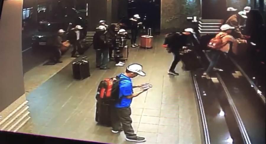 交通部觀光局證實,4個大型越南旅行團共153人,分別在21日及23日入境高雄,卻在入住飯店後一小時,有152人脫逃失蹤。圖為越南團客入住飯店畫面。(中央社翻攝照片)