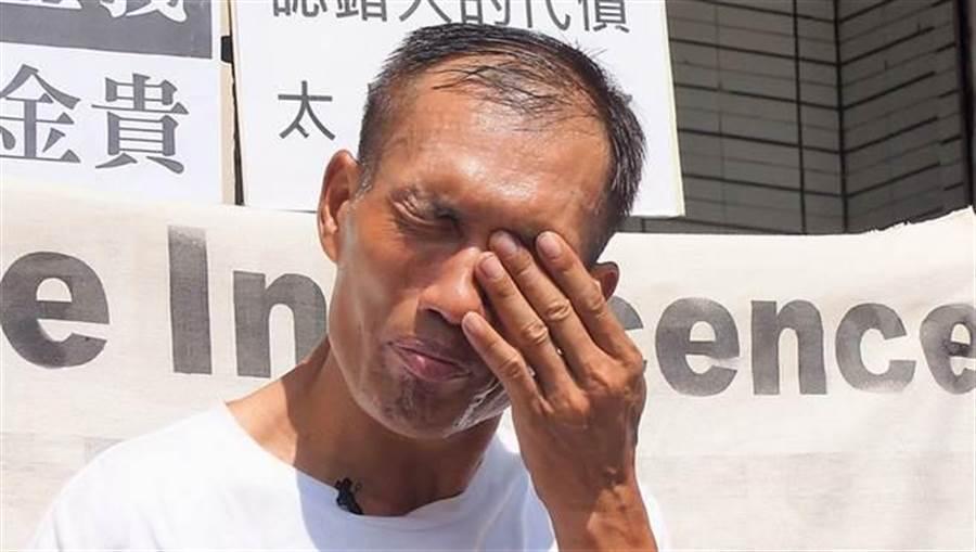 2018年8月7日,高雄高分院宣判林金貴無罪,林金貴聆判後在庭外喜極而泣。(中央社資料照)