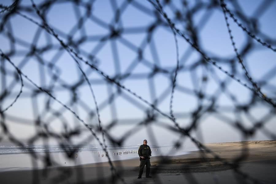 政府部門斷炊進入第4天後,川普仍堅持在政府支出法案中納入墨西哥邊界築牆費用,並表示許多公務員就算放無薪假也支持築牆。圖為美墨邊境圍籬。(美聯社)