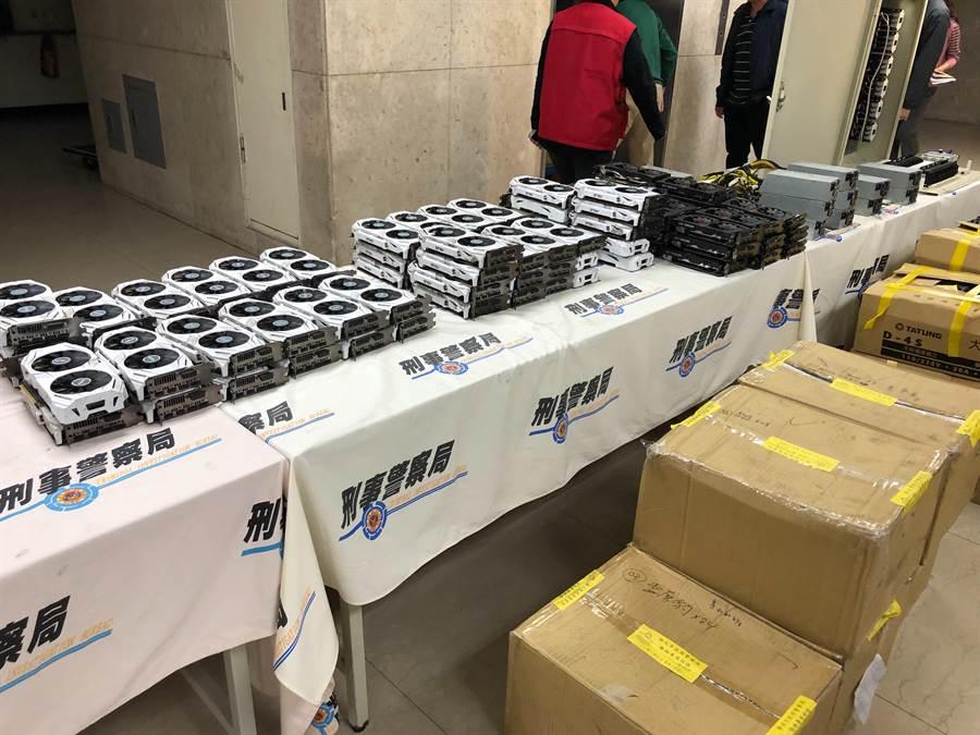 警方查獲竊電礦場內的各種挖礦設備及比特幣挖礦機1166個等贓證物。(林郁平攝)