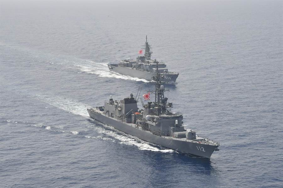 日本將以參加明年春在青島舉行的國際閱艦式,重啟日中兩軍中斷7年的軍艦互訪活動,並為習近平訪日營造氣氛。圖為日本海上自衛隊驅逐艦卷波號(前)與訓練艦鹿島號(後)。(圖/日本海上自衛隊)