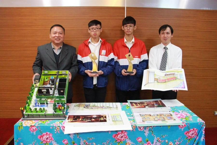 大湖農工學生許人傑(左二)、蔡佳勳(右二),今年分別在全國高級中等學校技藝競賽的室內空間設計、模具職種勇奪全國第一名。(何冠嫻攝)