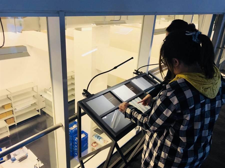 南科考古館擁有全台首座考古祕室,遊客可透過玻璃窗鳥瞰館方人員整飭文物過程,並提供近距離錄影攝像和專人解說,揭開考古工作神祕面紗。(李其樺攝)