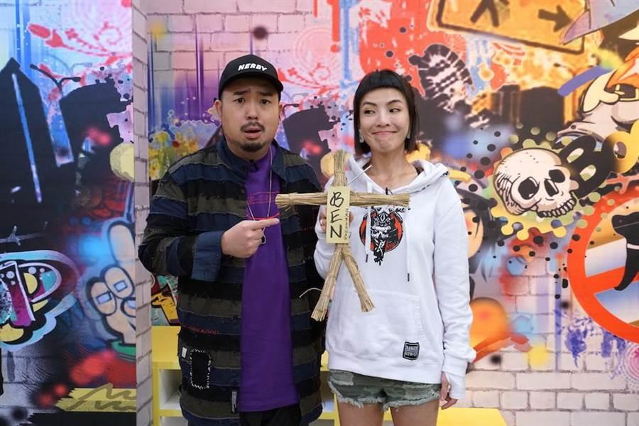 阿達與徐小可拿著「阿Ben草人」合照。(圖片提供:狼谷競技台)