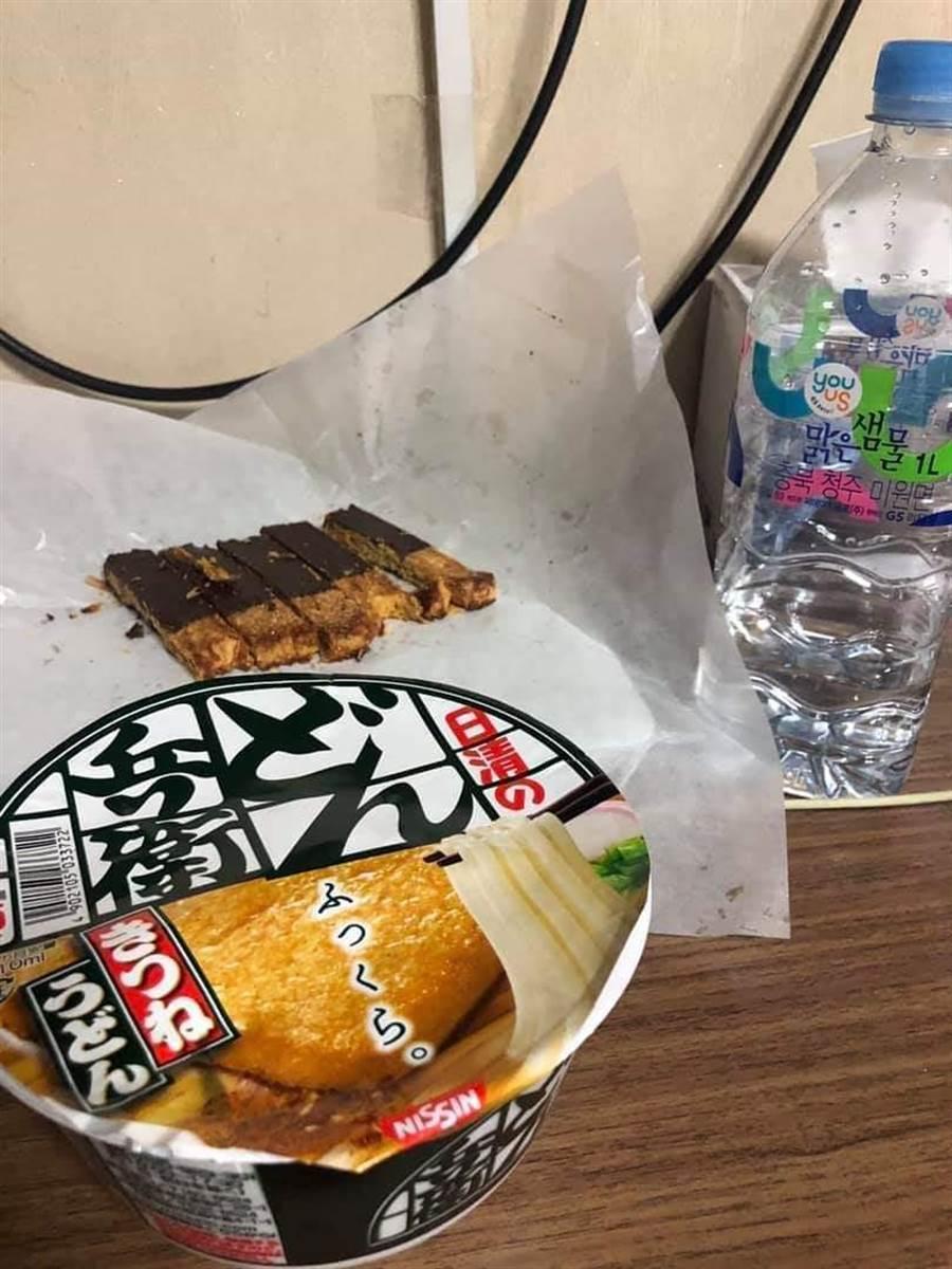正要吃泡麵卻沒筷子 網提供奇葩方法快學!(圖片取自/臉書《爆廢公社》)