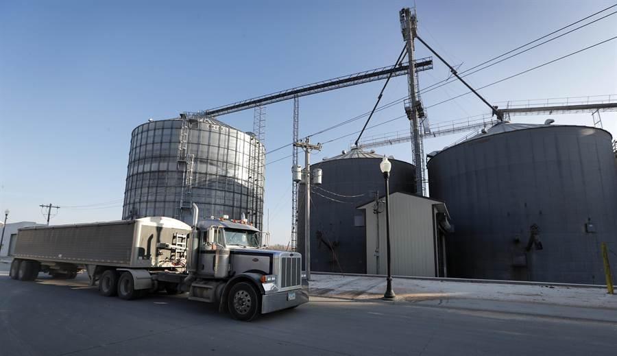 中國購入美國大豆的承諾尚一完全實現,美國農民卻遭遇上聯邦政府關門停發補助的無妄之災。圖為美國愛荷華州的大豆倉儲站。(圖/美聯社)