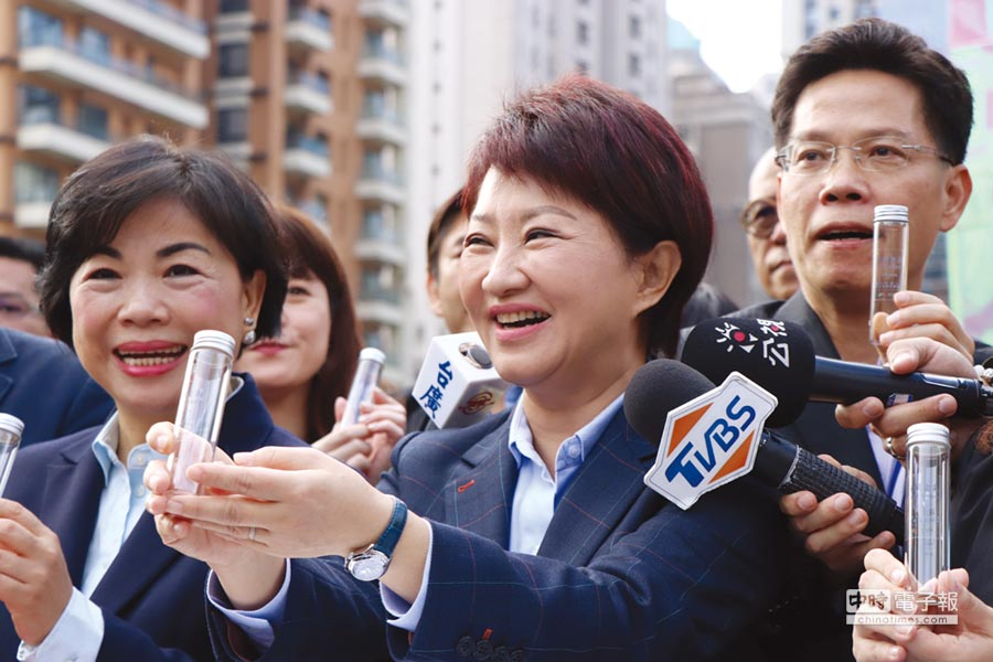 台中市長盧秀燕就職彩蛋,1萬瓶「谷關空氣」。圖/盧金足