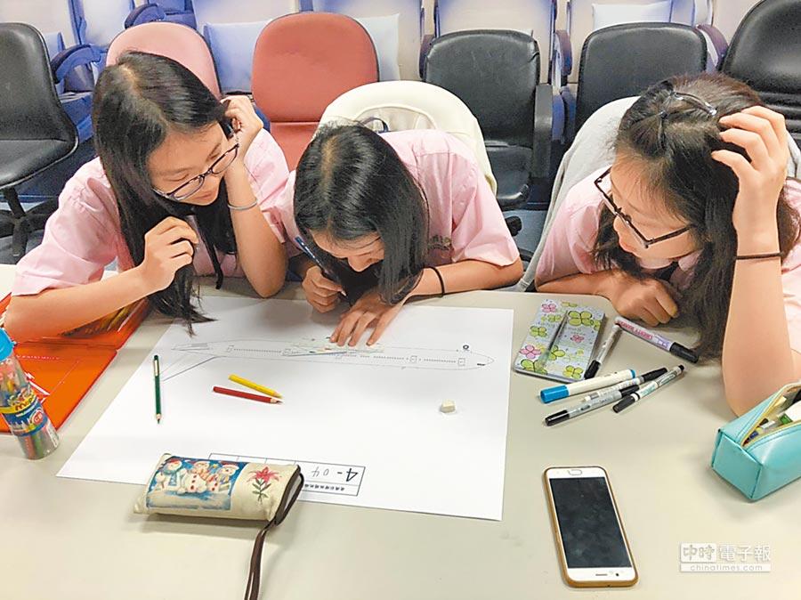 健行科大舉辦「藍鵲盃」全國航空服務創意造型紙圖競賽,選手也專心創作,希望得到佳績。(賴佑維翻攝)