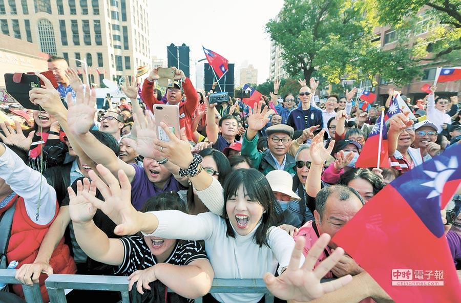 高雄市政府25日在愛河畔舉行「第三屆市長宣誓就職典禮」,新任市長韓國瑜宣示就職,民眾歡欣鼓舞。(本報系記者黃國峰攝)