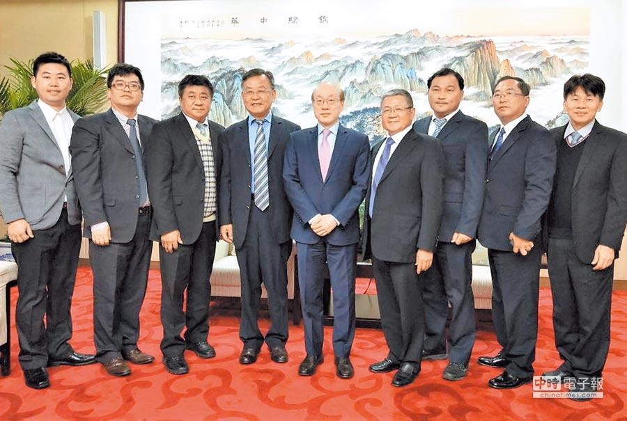 12月20日,賴峰偉(左4)還未就任澎湖縣長,率先前進大陸拚經濟,拜會大陸國台辦主任劉結一(左5)。(澎湖縣政府提供)