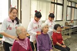 北梅國中學生走入社區 為老人帶來耶誕歌舞與按摩