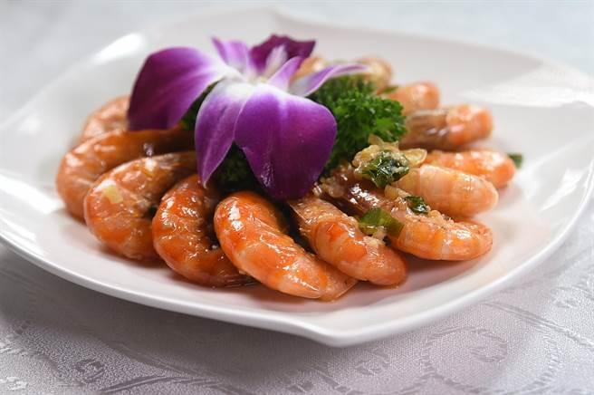 〈申浦尚宴〉的〈酒釀油爆蝦〉將沙蝦油爆後加了酒釀提味,所以多了一股甜香。(圖/姚舜)