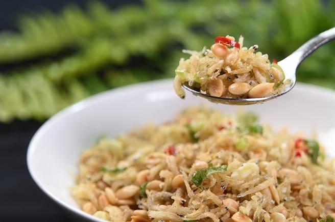 李慶興見不得「馬虎」,所以〈申浦尚宴〉的小菜也有要求,如〈吻仔魚瓜仔仁〉的吻仔仁都要用新鮮的,且還得挑「大尾」一點的。(圖/姚舜)