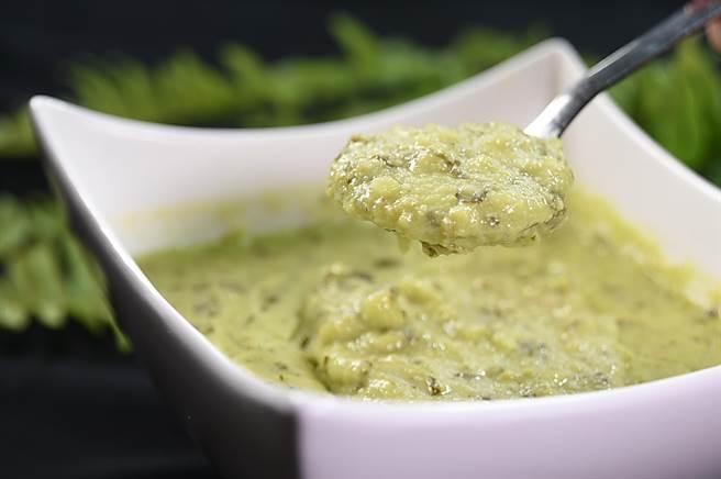 〈鹹菜豆瓣酥〉是〈申浦尚宴〉的獨家菜式,李慶興將經典江浙菜〈豆瓣酥〉加了干貝和老鹹菜與榨菜提味,並加了高湯使之成了一湯菜。(圖/姚舜)