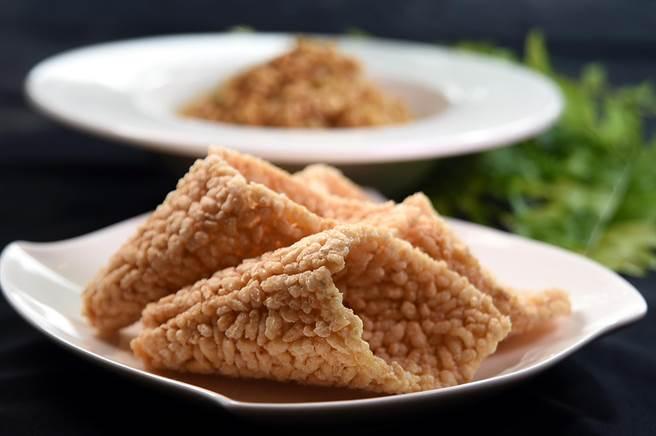 將鍋巴做成「甜筒」狀,方便客人吃食,是李慶興想出的創意。(圖/姚舜)