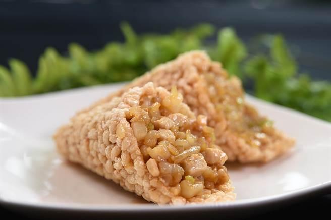 〈鍋巴蝦仁〉將鍋巴做成甜筒狀,裡餡除了蝦仁外,還有雞丁、筍丁、芹菜、洋蔥和松子。(圖/姚舜)
