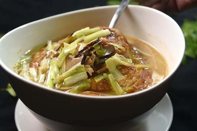 上海傳奇老菜〈老燒蛋〉源於剩菜再利用,李慶興將之升級改良為一汁醇味濃的湯菜,與煎蛋一起在雞高湯裡「游泳」的還有開陽、肉絲、粉絲、冬菇、筍絲和韭黃。(圖/姚舜)