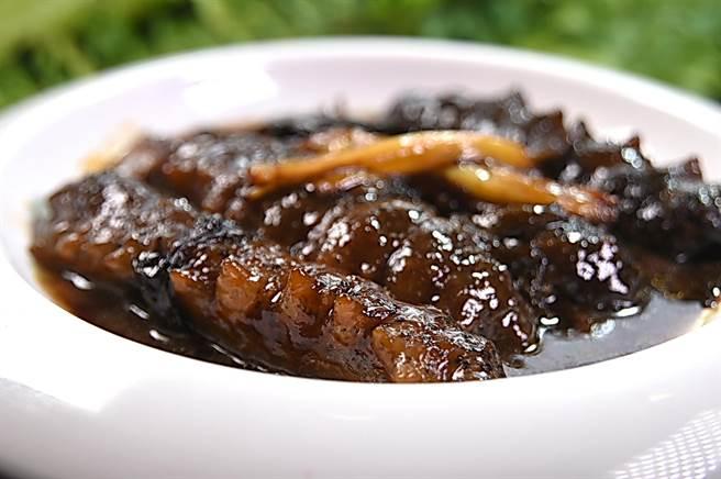 〈申浦尚宴〉的〈蔥焅烏參〉,烏參發得恰到好處,入口彈Q且入味。(圖/姚舜)
