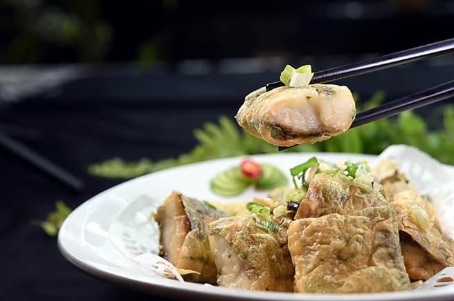 〈腐皮黃魚卷〉是將稍微醃漬提味的一塊塊黃魚肉,包了腐皮後下鍋速炸,吃的是外酥內嫩的口感。(圖/姚舜)