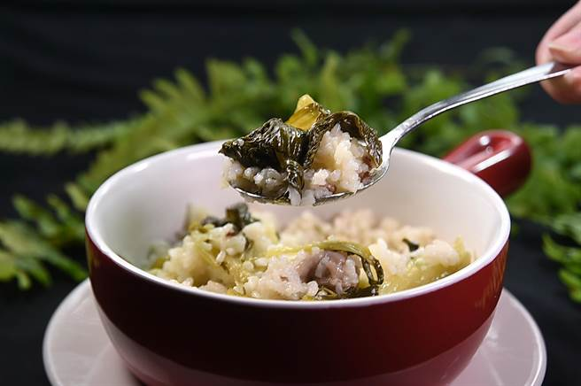 能吃到道地上海〈菜飯〉的地方愈來愈少,在〈申浦尚宴〉卻可以吃到加了青江菜、由生米蒸煮至熟的〈菜飯〉。(圖/姚舜)