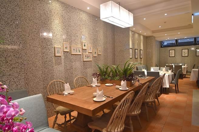 〈申浦尚宴〉一樓小吃區的裝潢設計很時尚,看起來不像中餐廳。(圖/姚舜)