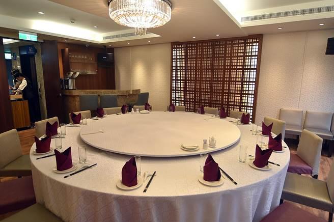 〈申浦尚宴〉有不同規格的包廂,最大的還設有小吧台,可滿足不同客群飲宴需求。(圖/姚舜)
