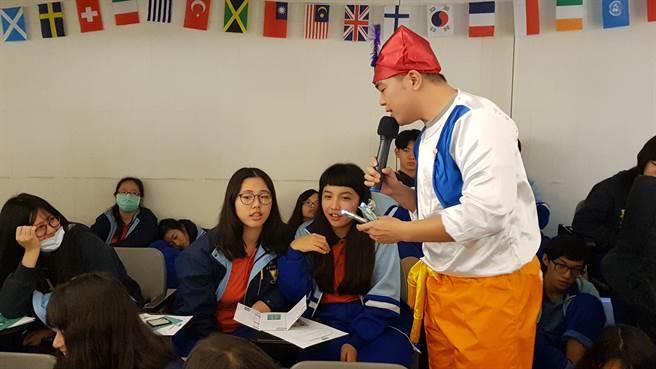 振聲高中學生與卡米地喜劇俱樂部演員互動。(戴有良攝)