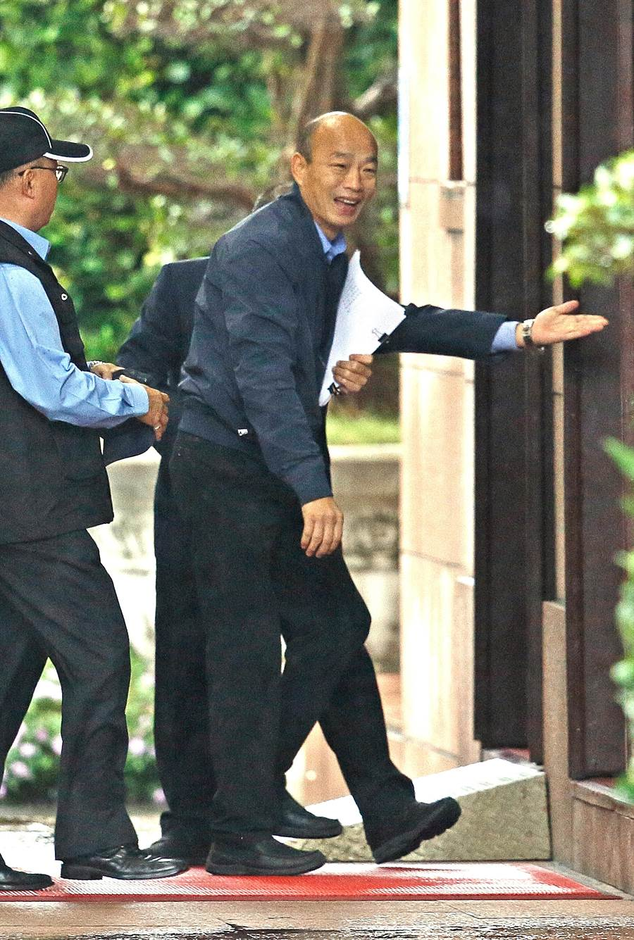 九合一大選後6都新任市長27日首次出席行政院院會,高雄市長韓國瑜下車步入行政院。(圖/張鎧乙攝)