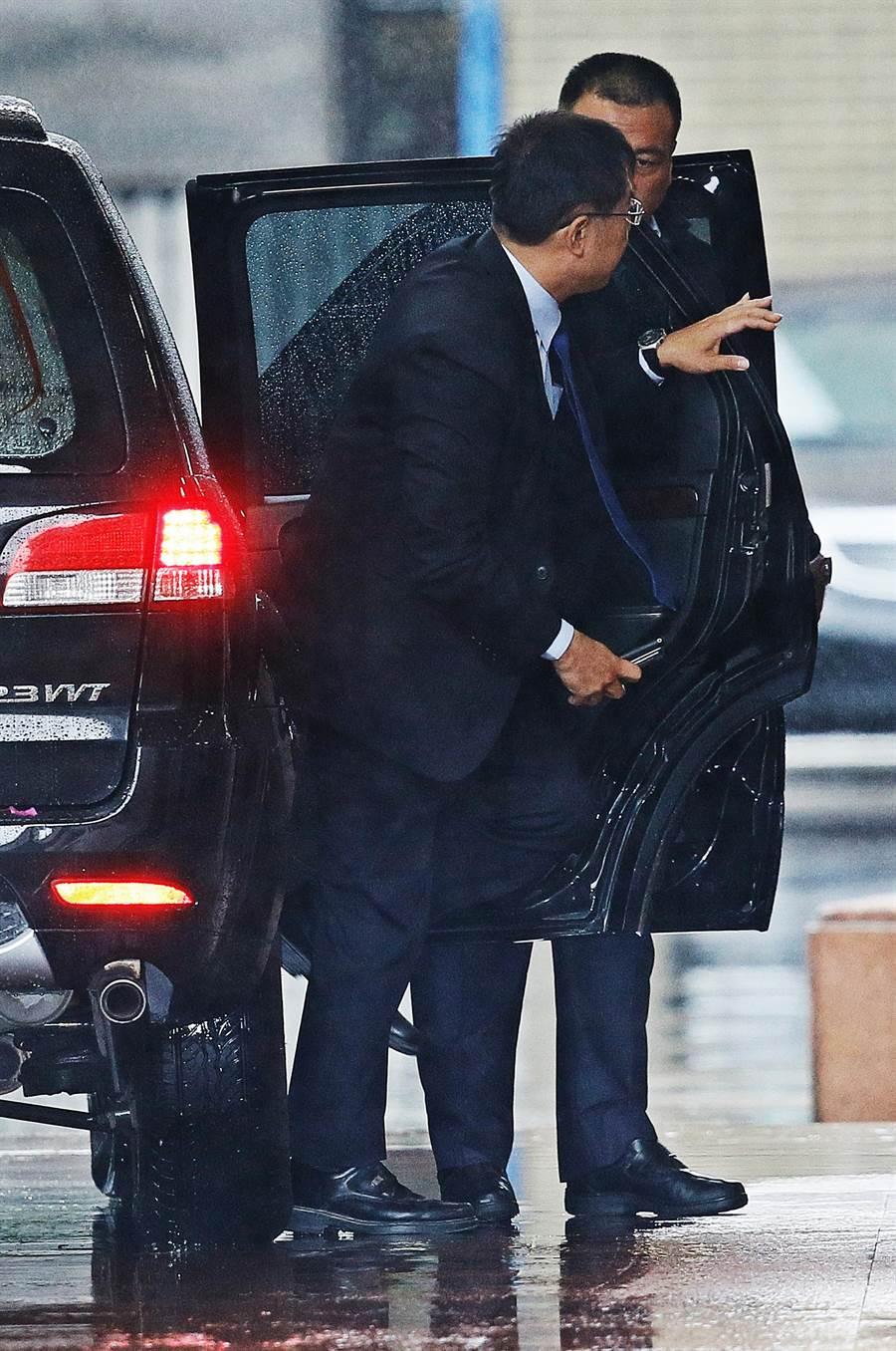九合一大選後6都新任市長27日首次出席行政院院會,台南市長黃偉哲下車步入行政院。(圖/張鎧乙攝)