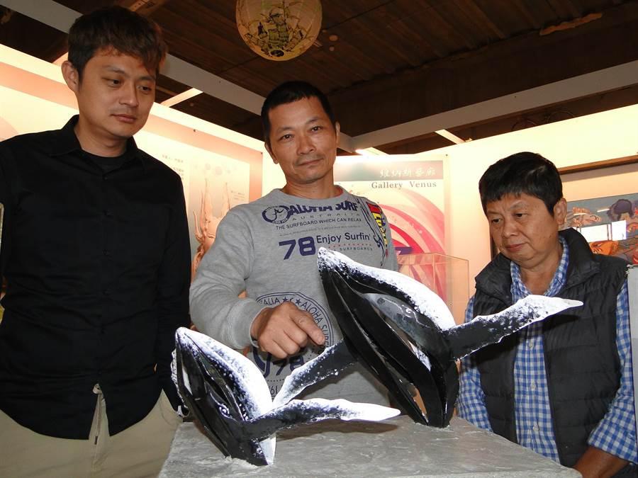 花蓮業餘雕塑家侯泰安(中)向花蓮港務分公司經理頌聲景文(左)、維納斯藝廊主人林滿津(右)解說創作理念。(范振和攝)