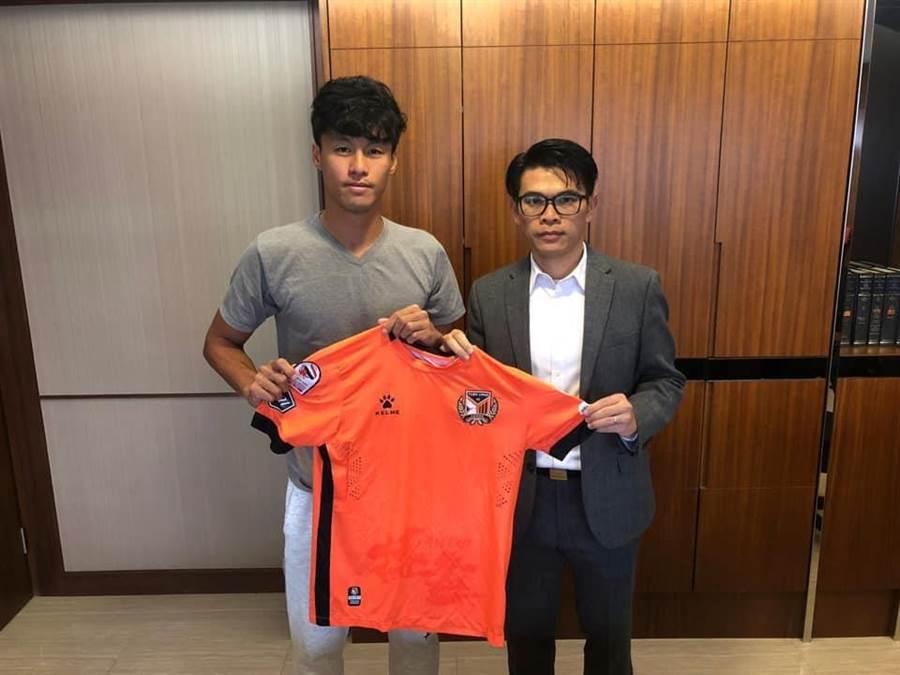 元朗足球會會長王威信(右)與台灣國腳王睿今天正式簽訂球員合約。(元朗官方臉書翻攝)