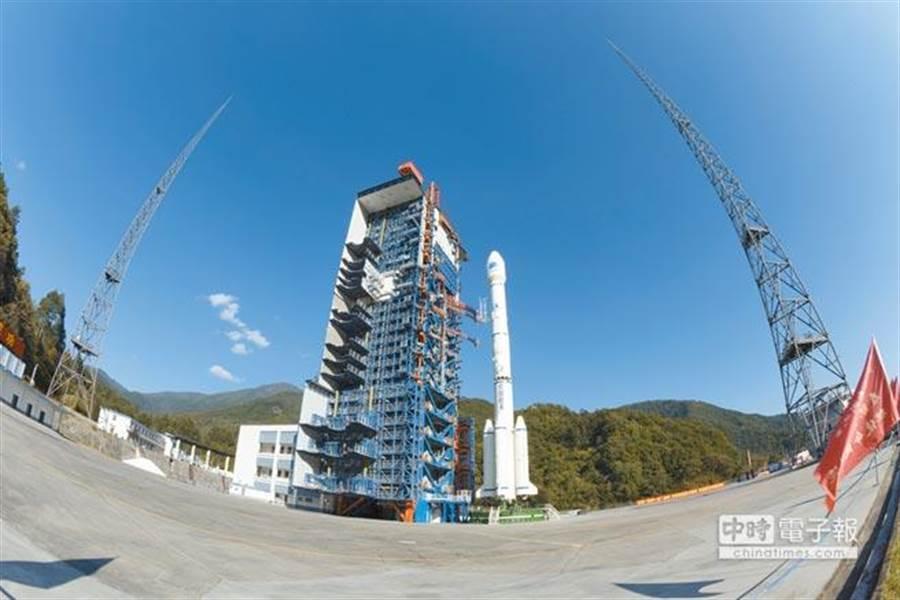 北斗三號基本系統建設期間,發射前星箭組合體在發射塔架蓄勢待發。(中新社資料照片)