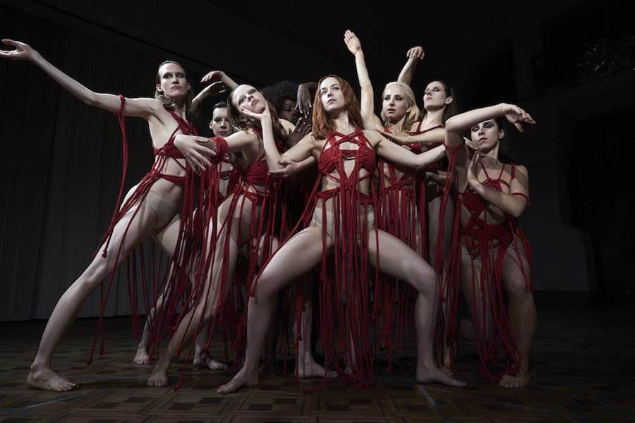 達柯塔強生與其他女舞者只穿以紅色繩條製成的舞衣。(傳影提供)