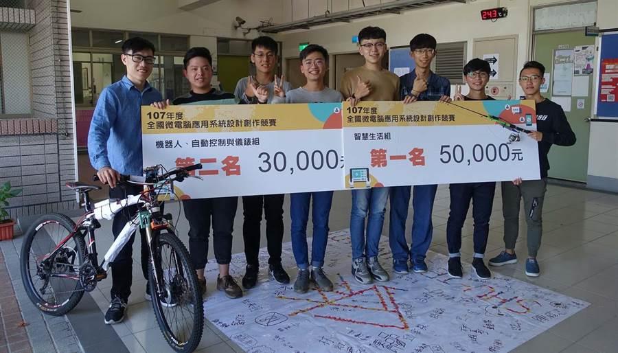 「體感釣魚遊戲」與「懸吊行程偵測之動態避震控制系統」獲獎團隊。(林雅惠翻攝)