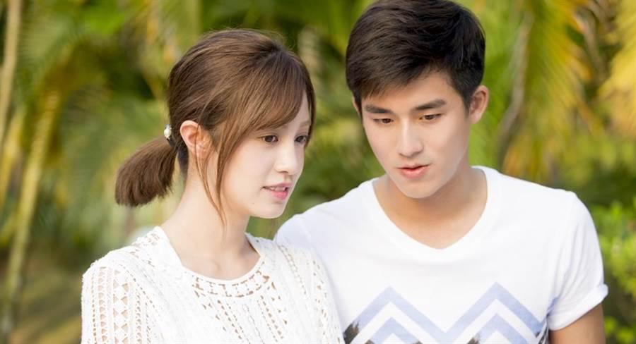 李博翔(右)和陈敬宣一起演戏。(纬来提供)