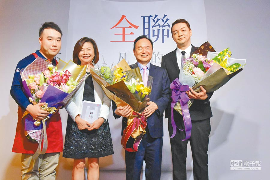 全聯董事長林敏雄(右2),接受新莊建中門市店經理許廷維(左起)、副總經理賴淑子、全聯先生獻花致意。(全聯提供)