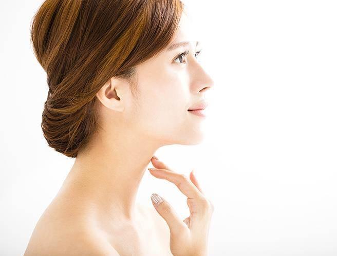 頸部紋路大致可分為垂直及水平兩種。(圖/玻尿酸醫學研討會提供)